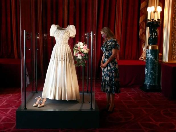 الأميرة بياتريس لدى الترويج لمعرض ثوب زفافها
