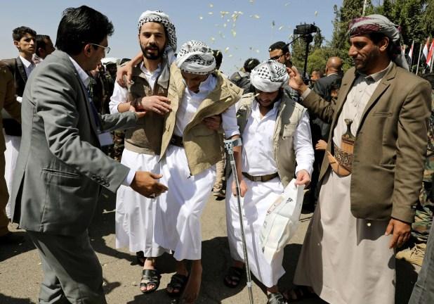 وصول حوثيين مفرج عنهم بعد إطلاق سراحهم في عملية تبادل أسرى في مطار صنعاء يوم 15 أكتوبر