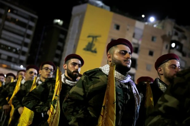 عناصر من حزب الله في عرض عسكري ببيروت (أرشيفية)