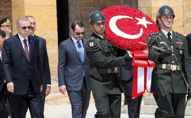 بيرات البيرق إلى جانب الرئيس التركي (أأرشيفية- فرانس برس)