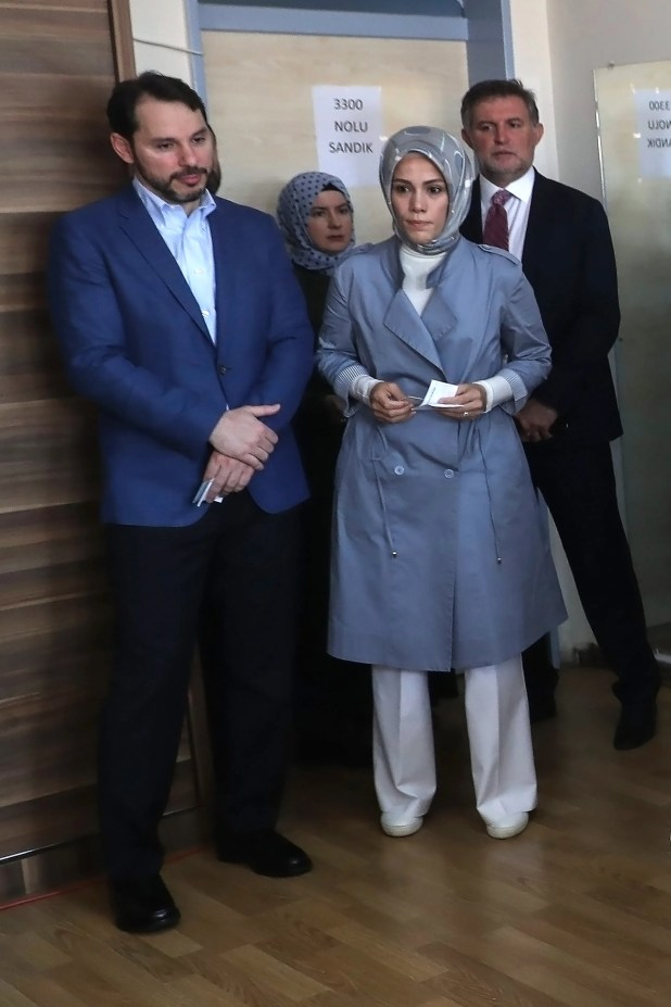 بيرات البيرق مع زوجته إسراء ابنة أردوغان (أرشيفية- فرانس برس)