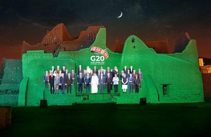صورة جماعية افتراضية لقادة مجموعة العشرين على جدران الدرعية