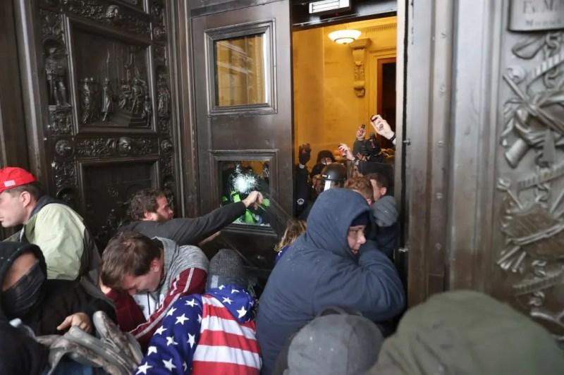 محتجون داخل الكونغرس(فرانس برس)