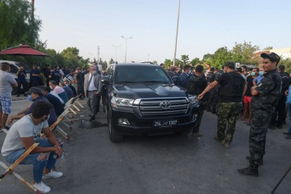 السيارة التي تقل الغنوشي أمام البرلمان التونسي