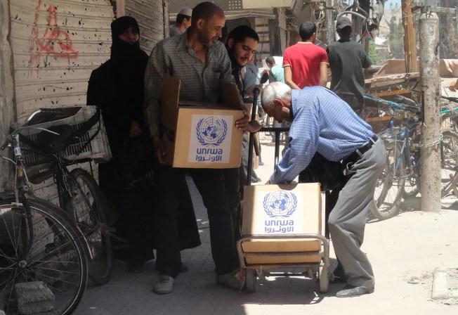 توزيع مساعدات غذائية في اليرموك في 2014 (أرشيفية)