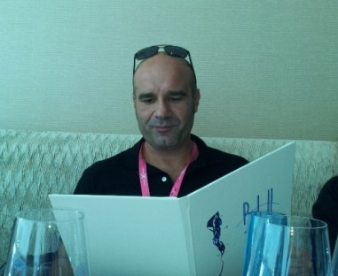 Guillermo Lopez be der ersten Verköstigung im Restaurant Blue