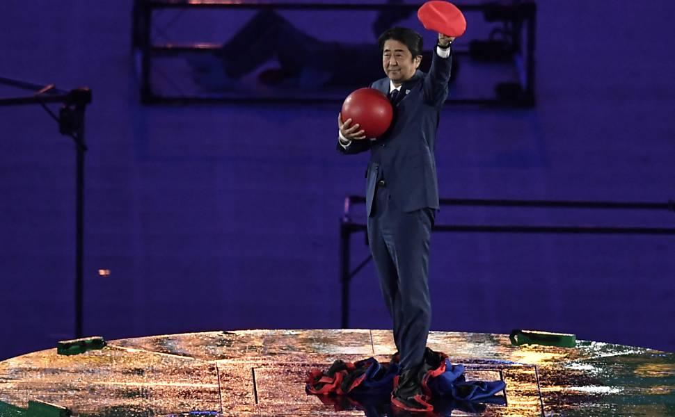 Primeiro Ministro Japonês vestido de Mario Bros