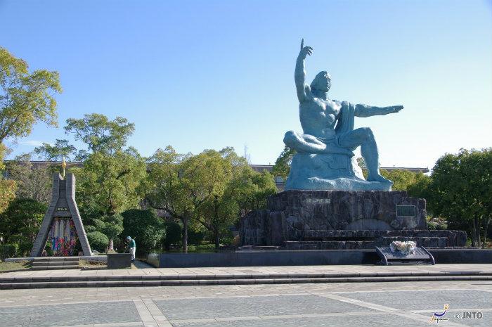 Nagasaki-statue_Bomba-atômica-de-hiroshima-e-nagasaki_2_Cultura-Japonesa_Vida-de-Tsuge_VDT