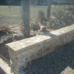 Muret maçonné en pierre à bâtir en séparation d'entrée nidagravel et massif surfacé