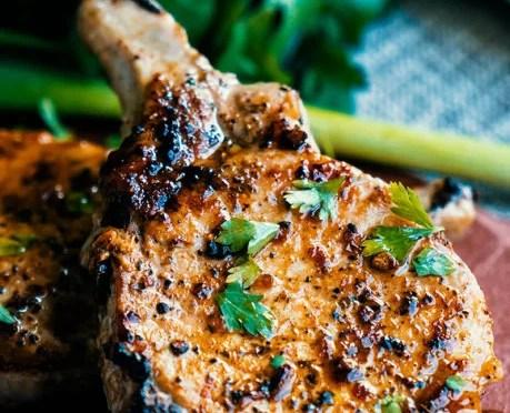 Receita Paleo – Costeletas de porco com alho e salsa