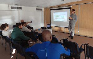 Àlex Garcia explicando a los muestreadores el proyecto DIVA