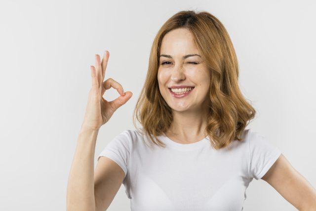 mujer con seña de aceptacion y autoestima