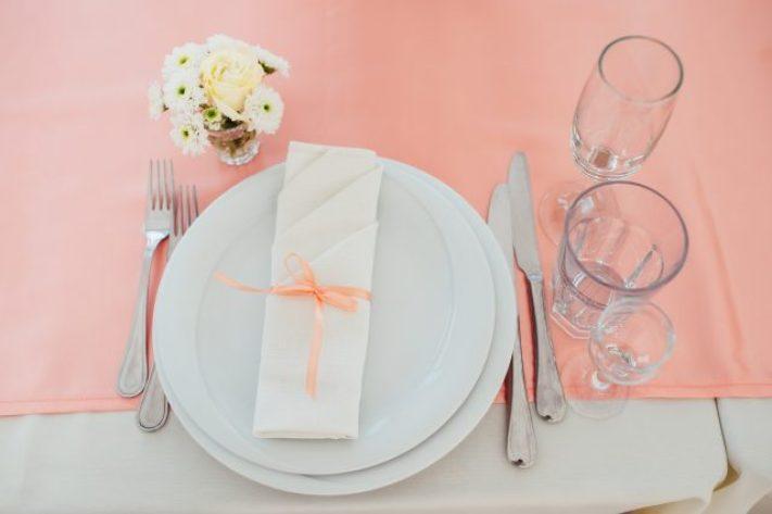 Mesa puesta para una cena elegante