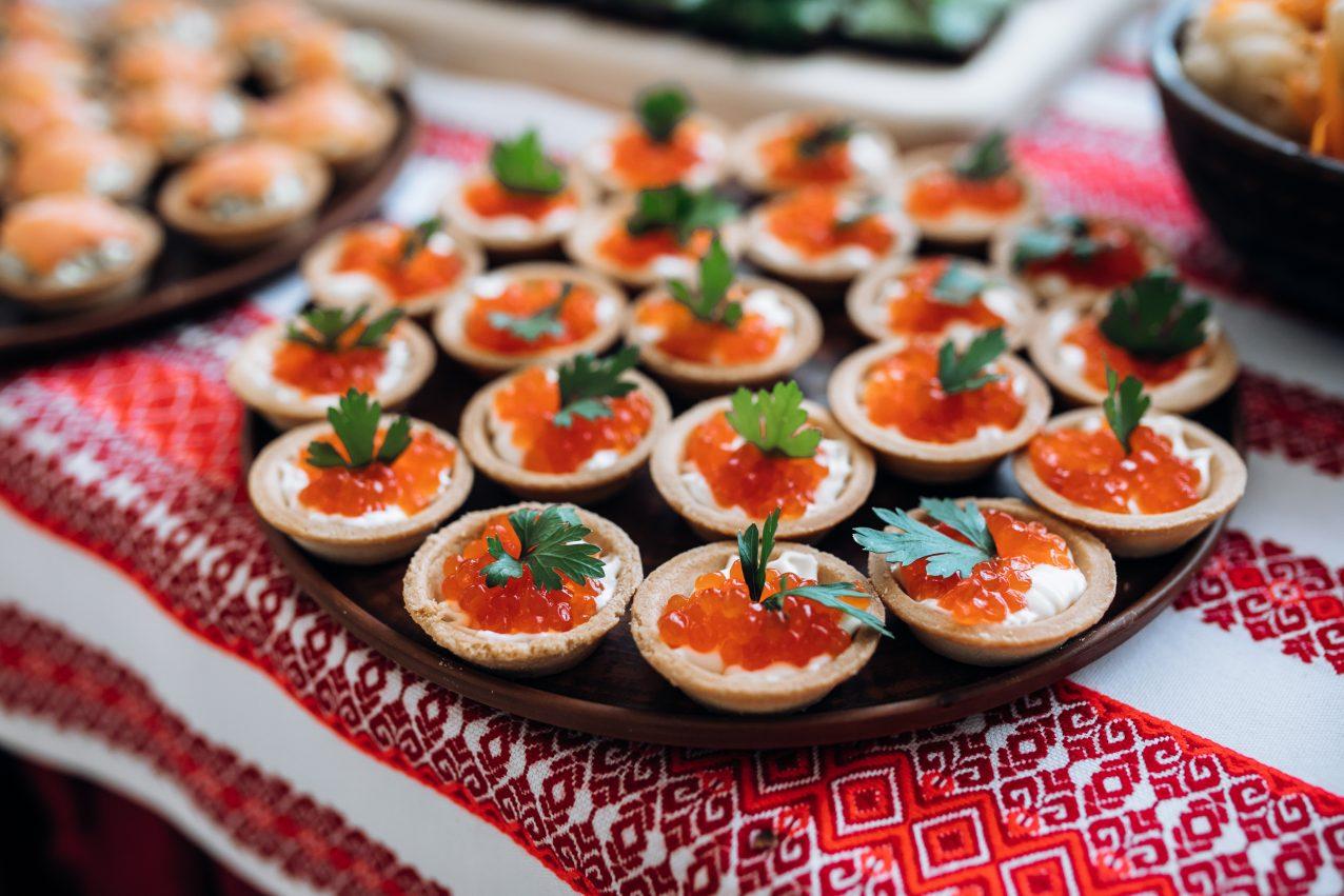 tapas gourmet de caviar rojo