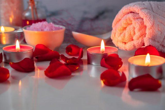 Velas y rosas para un baño de lujo