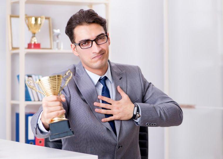 hombre hablando de sus logros