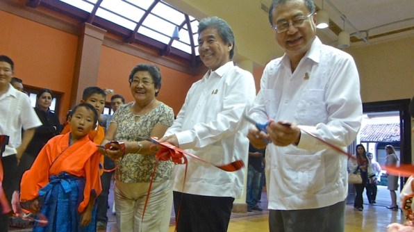 Esperanza and the visiting dignitaries cut the ribbon of the photo exhibit