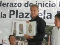 Mayor Felton with Glen Rogers' design