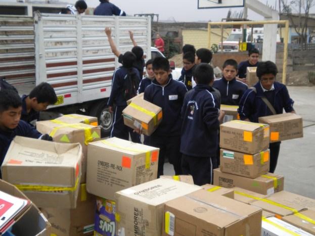 Niños bajando las cajas