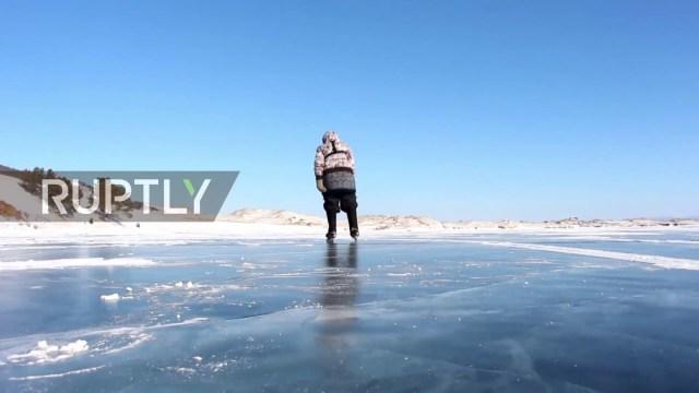 عجوز تعيش وحدها في سيبيريا وتتزحلق على الجليد يوميا لسبب مذهل