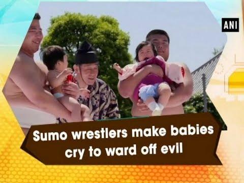 مصارعو السومو يبكون الأطفال لطرد الأرواح الشريرة
