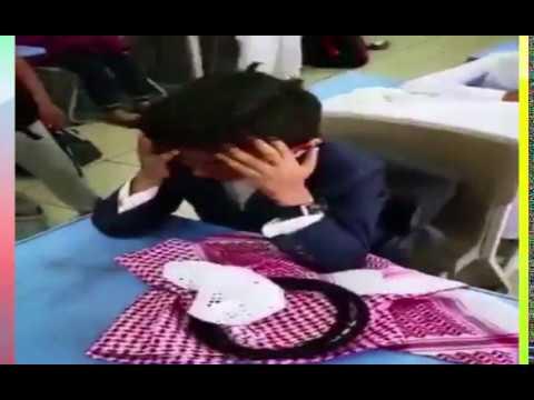 نوبة بكاء لطلاب بعد خروج معلمهم على المعاش