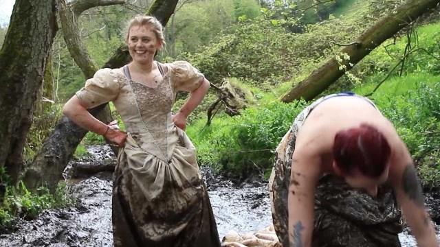 سيدات يحتفلن بطلاقهن بارتداء فساتين الزفاف والسير بها في الطين