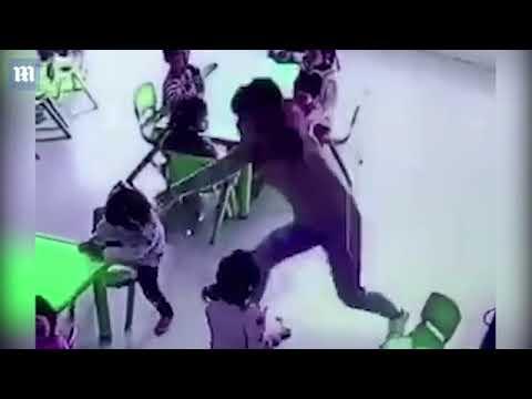 بالفيديو – معلّمة تدفع طفلة وتسحب الكرسي من تحتها