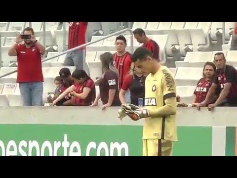 بالفيديو…حارس مرمى يتفقد جواله خلال المباراة على أرض الملعب