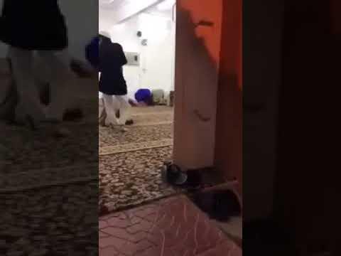 بالفيديو.. سحبه من قدمه وهو ساجد ثم انهال عليه بالضرب