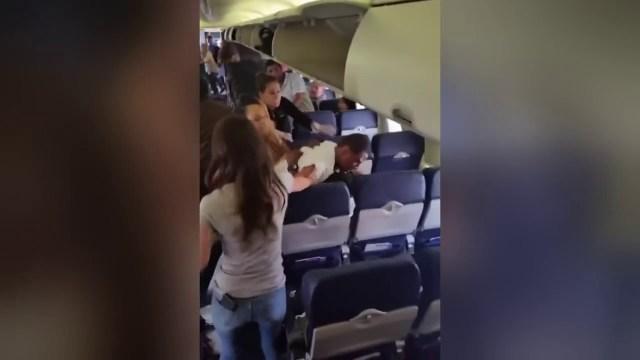 """بالفيديو .. """"مشاجرة"""" ضرب ولكمات بين ركاب طائرة في أمريكا"""