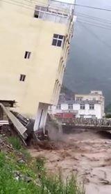 بالفيديو .. انهيار بناية بسبب إعصار ميكونو في حضرموت