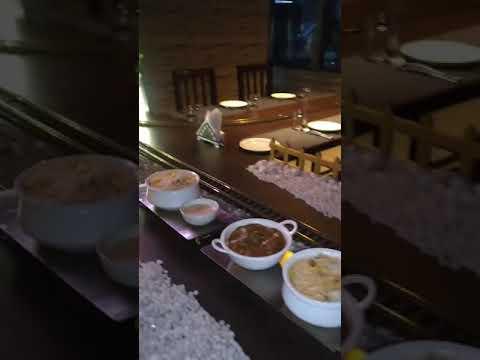 مطعم يستخدم قطارا في إيصال الطعام إلى طاولات الزبائن