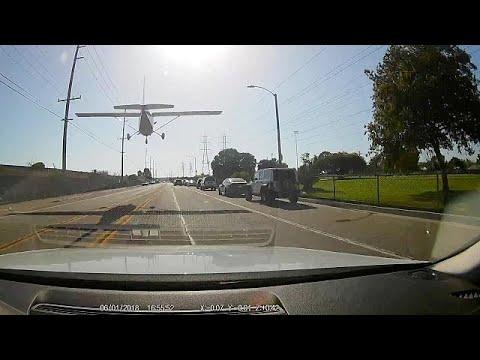 أمريكية تهبط بطائرتها في شارع مزدحم بكاليفورنيا