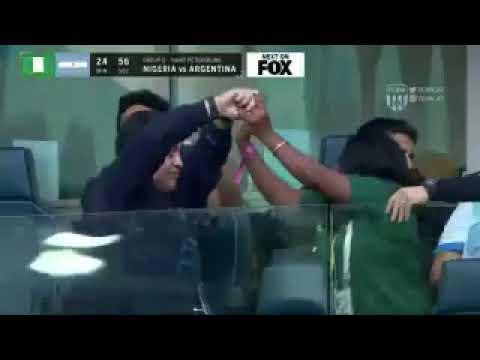 """وصلة رقص بين """"مارادونا"""" ومشجعة نيجيرية في المدرجات"""