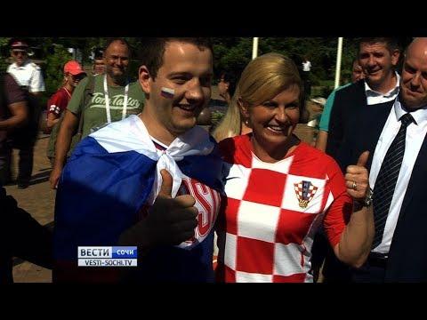 بالفيديو.. رئيسة كرواتيا تتجول في شوارع سوتشي وتلتقط الصور مع المارة