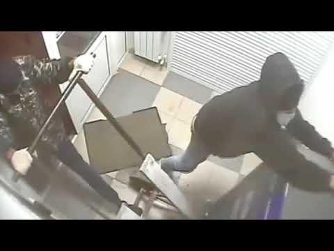 لصوص لكن أغبياء .. شاهد محاولة سرقة صراف آلي فاشلة