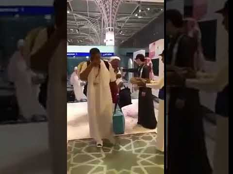 بكاء حاج لحظة وصوله إلى مطار المدينة المنورة