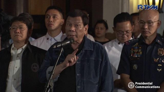 """وصفهم بالكلاب و """"أبناء العاهرات"""" .. شاهد : رئيس الفلبين يوبخ الشرطيين الفاسدين أمام الملأ"""
