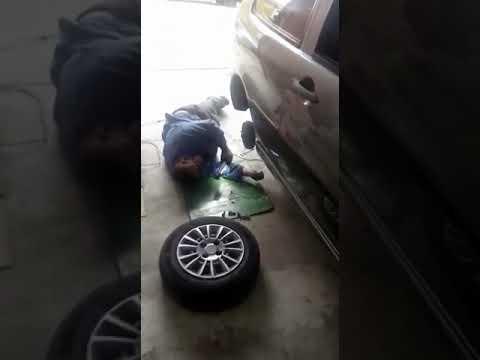 """سوداني يفك """"كفرات"""" السيارة ويأخذ قيلولة!"""
