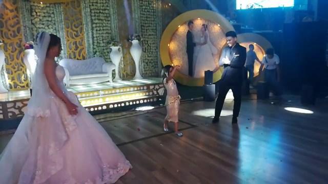 طفلة تخطف الأضواء من عروسين بوصلة رقص