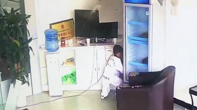 رد فعل سريع لطفل شعر بهزة أرضية ينقذ حياته