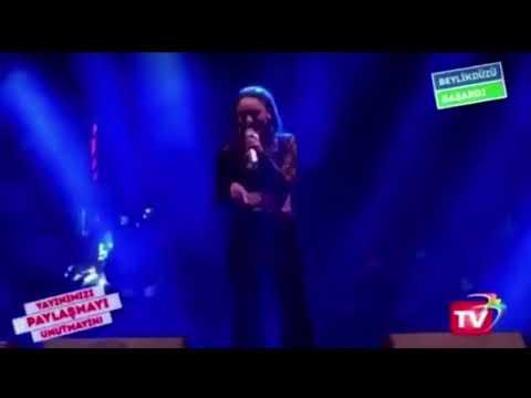مغنية تركية شهيرة تفقد الوعي على المسرح