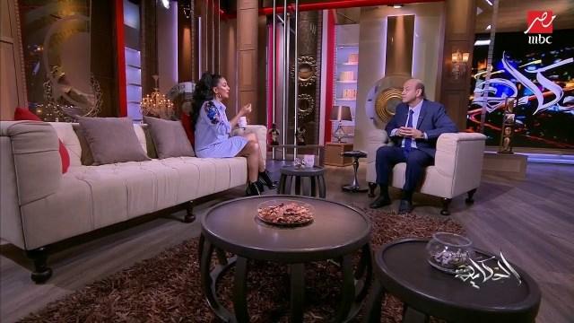 عمرو أديب يحرج غادة عبد الرازق: «انتي لابسة قميص ولا فستان»