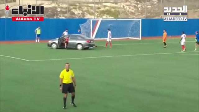 موقف مضحك أثناء مباراة داخل ملعب في لبنان!