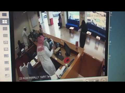 لص مجهول يسرق بنك ويهرب: خدع الجميع بـ«لعبة أطفال»