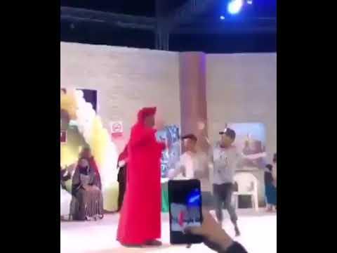 حقيقة هجوم «منقبة» على عبد الله بلخير لاحتضانه على المسرح