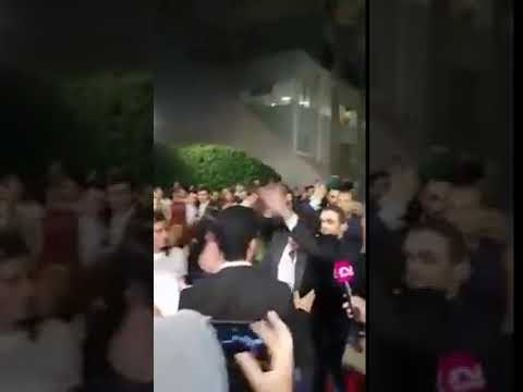 """الفيشاوي الصغير ينفعل على الصحفيين خوفا على زوجته : """" كلكم ارجعوا ورا """""""