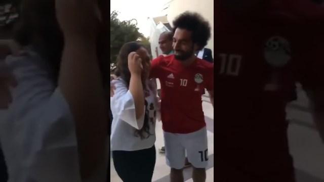 رد فعل طريف من محمد صلاح تجاه مشجعة بكت بسببه
