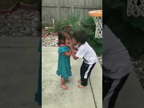 شاهد رد فعل طفل صغير حاول إرضاء شقيقته